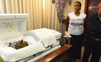Un homme brisé par la mort de son chien lui offre des funérailles dignes d'un humain